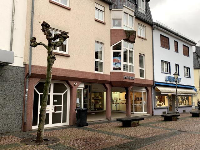 Heute ist Donnerstag, der 28. Januar. Vor einem halben Jahr eröffnete Loreta Scherer-Amin ein Brautmodengeschäft in der Hofheimer Altstadt. Jetzt kriegt sie Konkurrenz, und dafür sorgt ausgerechnet die Stadt: Die hat das Obergeschoss des Jean-Hammel-Hauses an ein Brautmodengeschäft aus Frankfurt vermietet. Loreta Schwerer-Amin sieht sich in ihrer Existenz bedroht, auch weil die Stadtungewöhnlich vollmundige Werbung für den neuen Laden macht.-- Außerdem: Stadt dreht kostenlose Händler-videos. MTK-Impfzentrum soll am 9. Februar starten. Brunnen-Skulptur sucht Standort. Erneut große Bäume gefällt. Kriftel will neue Fahrradständer für fast 200.000 Euro. u.v.m.